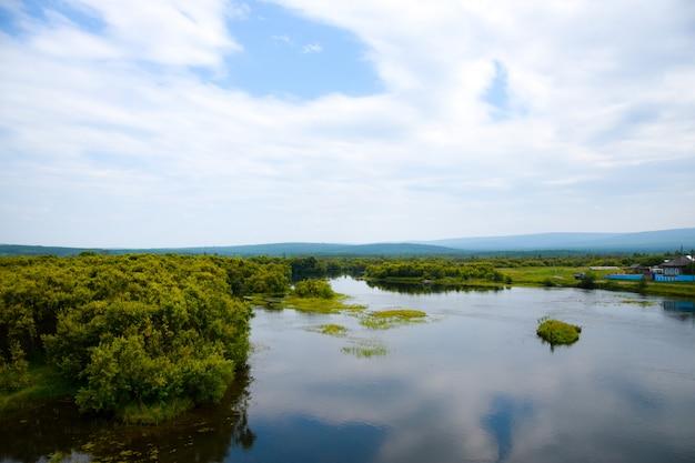 Vista no lago e no céu bonito com nuvens e céu-coração. sibéria, rússia. Foto Premium