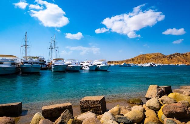 Vista no porto com navios brancos Foto Premium
