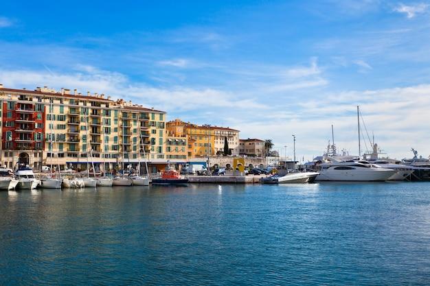 Vista no porto de nice e iates de luxo, riviera francesa Foto Premium