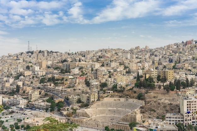 Vista no teatro romano em amã - jordânia Foto Premium