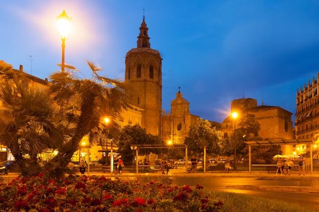 Vista noturna da torre micalet e da catedral. valência, espanha Foto gratuita