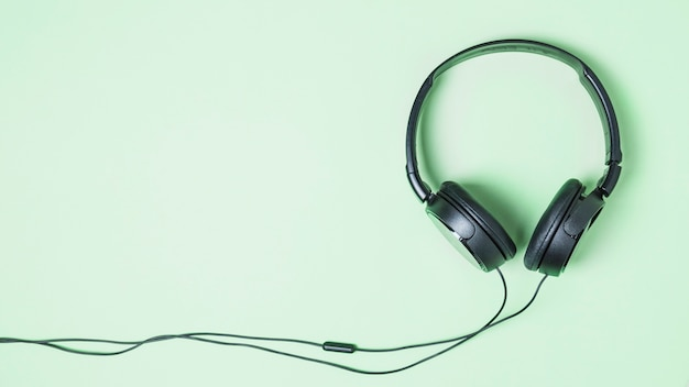 Vista panoramic, de, pretas, headphone, ligado, turquesa, fundo Foto gratuita