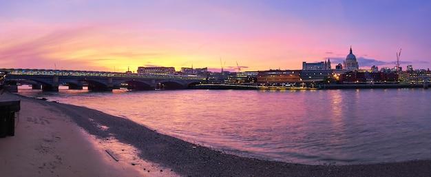 Vista panoramic, de, rio thames, ligado, um, pôr do sol, em, londres, reino unido Foto Premium