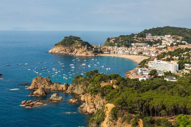 Vista panoramic, de, tossa mar, costa brava, espanha, baía, com, barcos Foto Premium