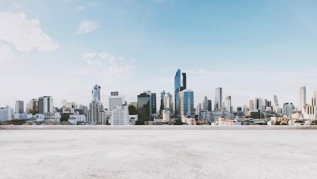 Vista panorâmica da cidade com piso de concreto vazio, para espaço de cópia Foto Premium