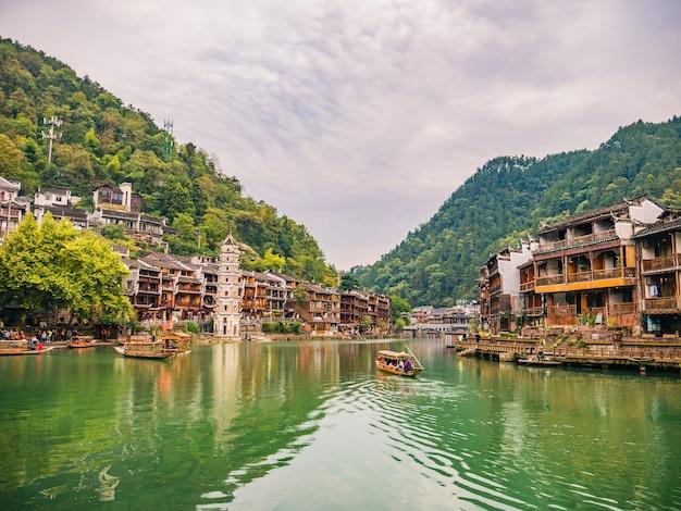 Vista panorâmica da cidade velha de fenghuang. a cidade antiga de fenghuang ou o condado de fenghuang é um condado da província de hunan, na china Foto Premium