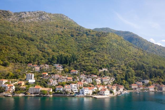 Vista panorâmica da cidade velha, montanhas e a costa da água da baía de kotor, montenegro Foto Premium