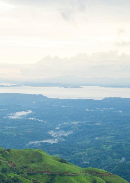 Vista panorâmica da natureza na floresta tropical de costa rica Foto gratuita
