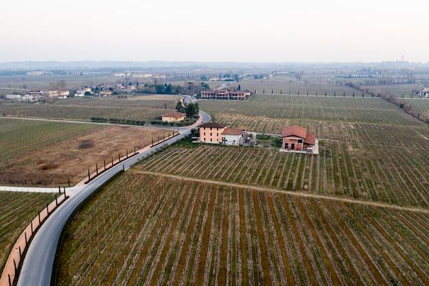 Vista panorâmica da paisagem aérea de uma estrada de uma vila Foto gratuita