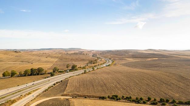 Vista panorâmica da paisagem aérea de uma estrada Foto gratuita