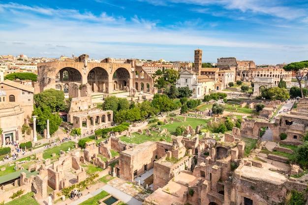 Vista panorâmica da paisagem urbana de roman forum e roman colosseum em roma, itália. Foto Premium