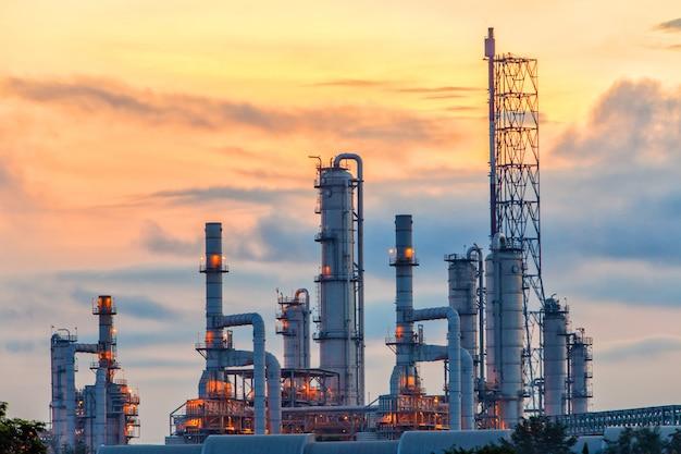 Vista panorâmica da refinaria de petróleo ao nascer do sol Foto Premium