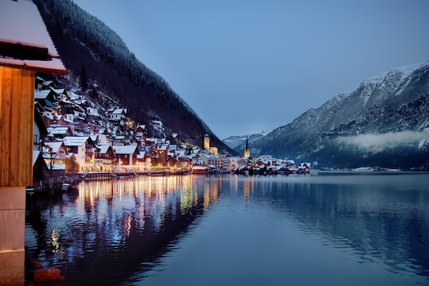 Vista panorâmica de inverno à noite da vila de hallstatt, nos alpes austríacos Foto Premium