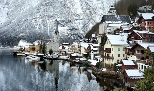 Vista panorâmica de inverno da vila de hallstatt, nos alpes austríacos Foto Premium