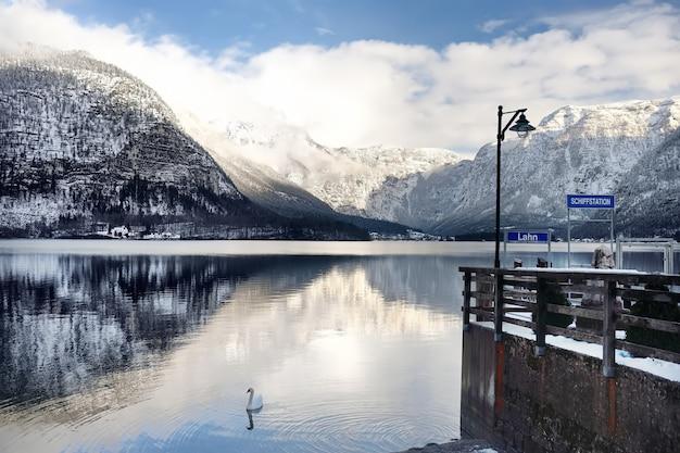 Vista panorâmica de inverno da vila e do lago de hallstatt, nos alpes austríacos Foto Premium