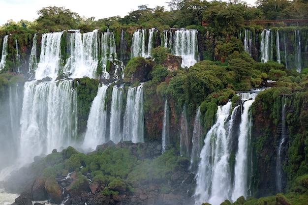 Vista panorâmica deslumbrante das cataratas do iguaçu no lado argentino Foto Premium