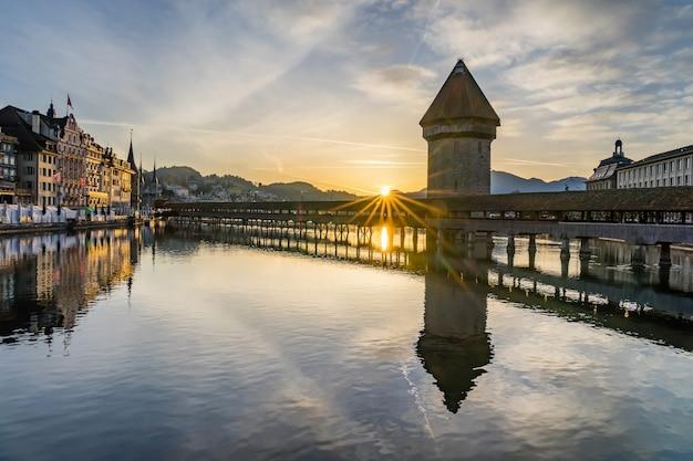 Vista panorâmica do centro da cidade de lucerna, com a famosa ponte da capela e o lago lucerna Foto Premium
