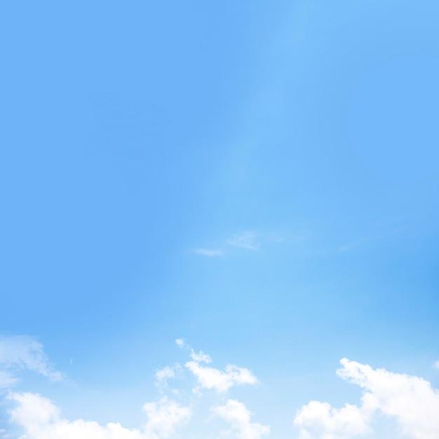 Vista panorâmica do céu azul com nuvens brancas Foto gratuita