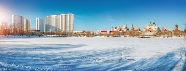 Vista panorâmica do hotel izmailovo e kremlin em moscou em um dia ensolarado de inverno Foto Premium