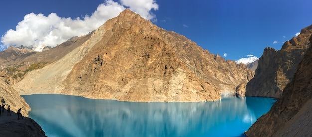 Vista panorâmica do lago attabad no vale de gojal, hunza. gilgit baltistan, paquistão. Foto Premium