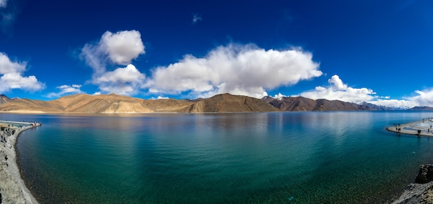 Vista panorâmica do lago pangong ou pangong tso no himalaia e mountain view Foto Premium