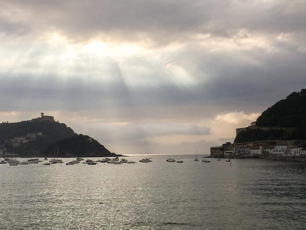 Vista panorâmica do oceano e do oceano da cidade à noite. são sebastião. espanha. Foto Premium