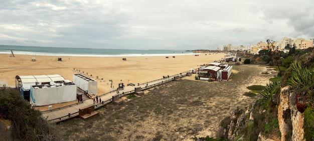 Vista panorâmica larga de um long beach na cidade de portimao, portugal. Foto Premium