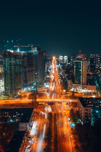 Vista panorâmica na cidade grande à noite Foto gratuita