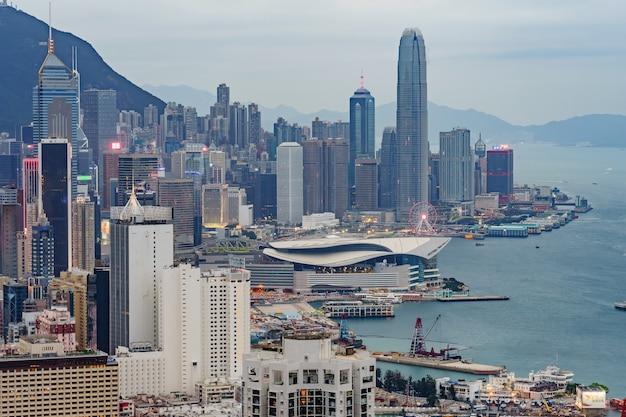 Vista panorâmica surpreendente da skyline da cidade de hong kong antes do por do sol. Foto Premium