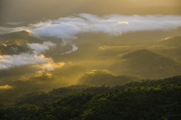 Vista para a montanha com luz quente do sol Foto Premium