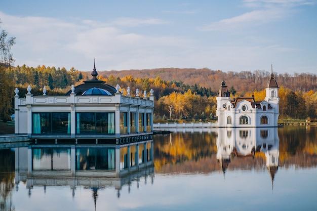 Vista para o lago do castelo Foto gratuita