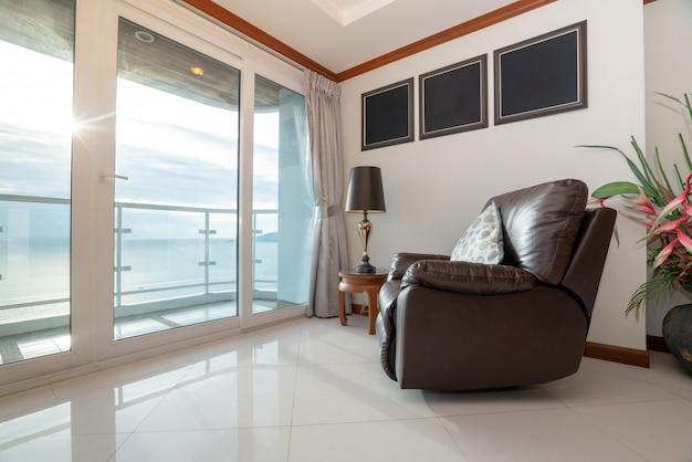 Vista para o mar condomínio com sofá pela varanda Foto Premium