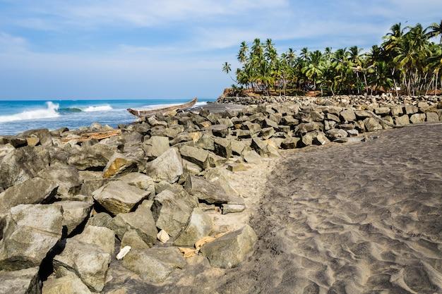 Vista para o mar em dia ensolarado. parte da praia de odayam, varkala, índia Foto Premium