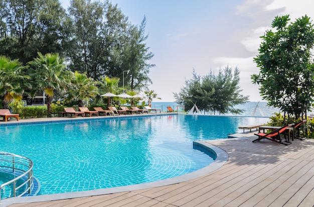 Vista para o mar piscina com solário Foto Premium
