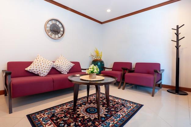 Vista para o mar sala de estar com mesa de jantar de madeira Foto Premium