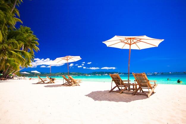 Vista para o paraíso de nice tropical plage areia vazia com guarda-chuva e cadeira de praia Foto Premium