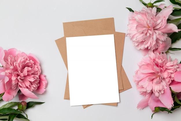 Vista plana plana leiga de cartão minimalista horizontal com flores Foto Premium