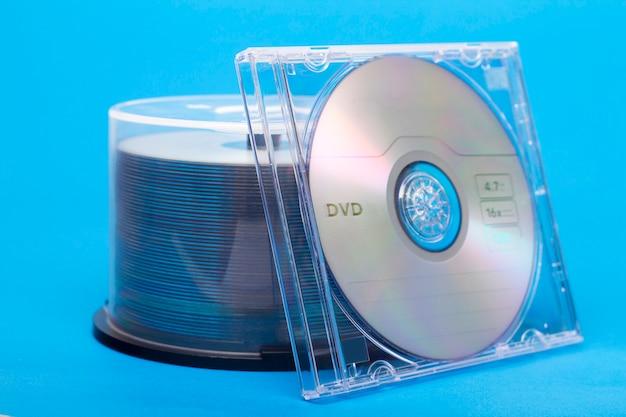 Vista próxima de um pacote de compacts-disc virgens. Foto Premium