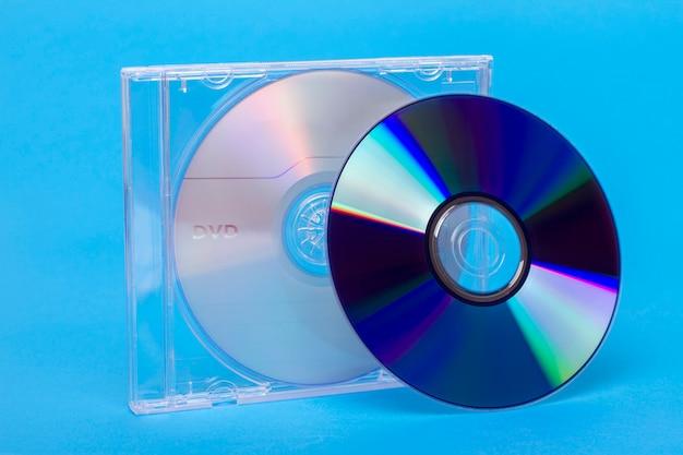Vista próxima de uma caixa de jóia com discos virgens do dvd e do cd. Foto Premium