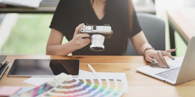 Vista recortada do designer gráfico feminino trabalhando em seu projeto Foto Premium