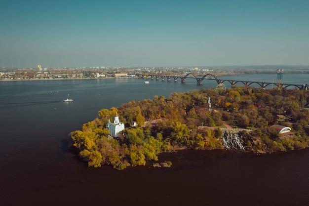 Vista sobre o rio dnieper, em kiev. vista aérea do zangão. Foto gratuita