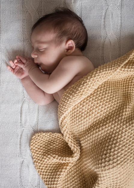 Vista superior adorável menino dormindo Foto gratuita