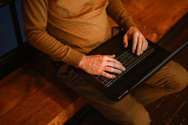 Vista superior adulto masculino trabalhando no laptop Foto gratuita
