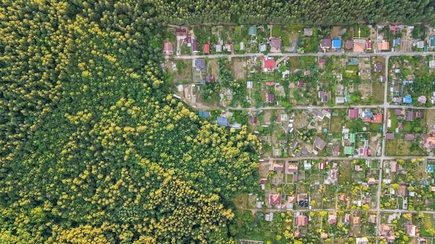 Vista superior aérea da área residencial casas de verão na floresta de cima, imóveis rurais e pequena vila dacha na ucrânia Foto Premium