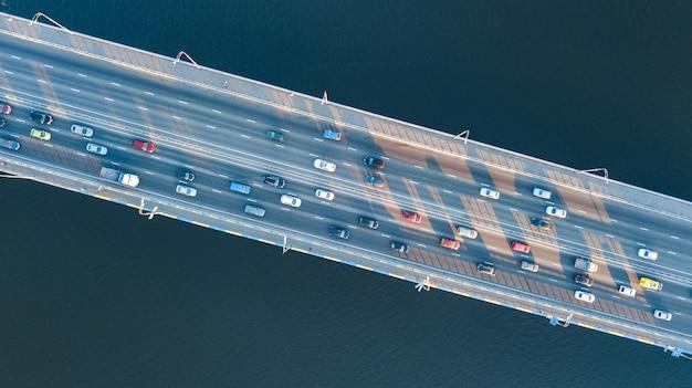 Vista superior aérea da ponte estrada automóvel engarrafamento de muitos carros de cima, o conceito de transporte da cidade Foto Premium