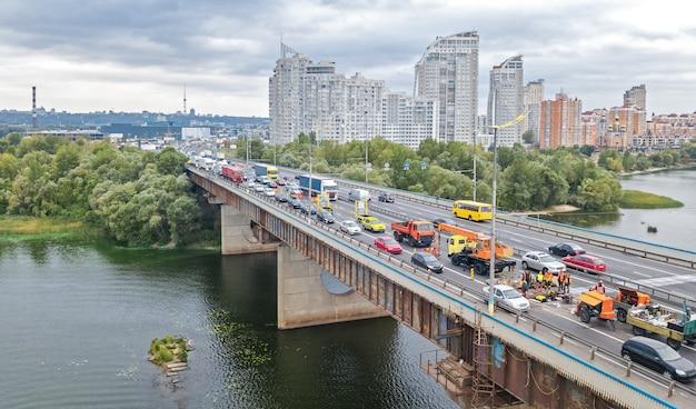 Vista superior aérea da ponte estrada automóvel engarrafamento de muitos carros de cima, reparação de blocos e estradas, conceito de transporte da cidade Foto Premium