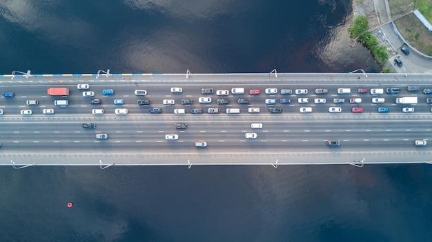 Vista superior aérea do tráfego de automóveis de estrada ponte de muitos carros de cima, o conceito de transporte da cidade Foto Premium