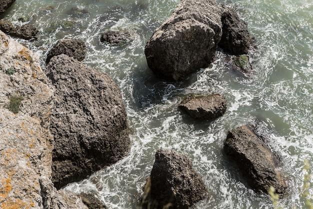 Vista superior, água limpa e pedras Foto gratuita