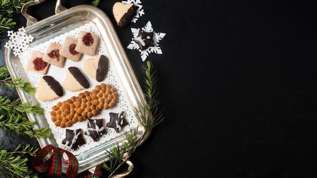 Vista superior arranjo de biscoitos de natal com espaço de cópia Foto gratuita
