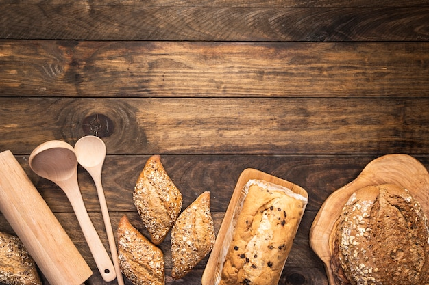 Vista superior assada comida com cópia-espaço Foto gratuita